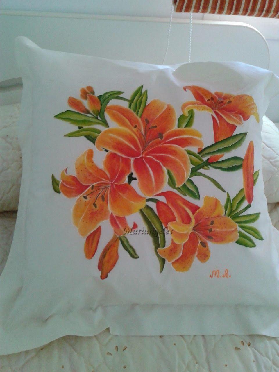 Los cojines pintados en tela como tendencia en decoración