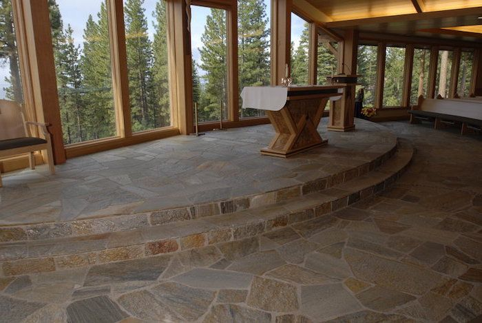 ein Haus mit Panorama mit Naturstein Optik eine Theke mit zwei