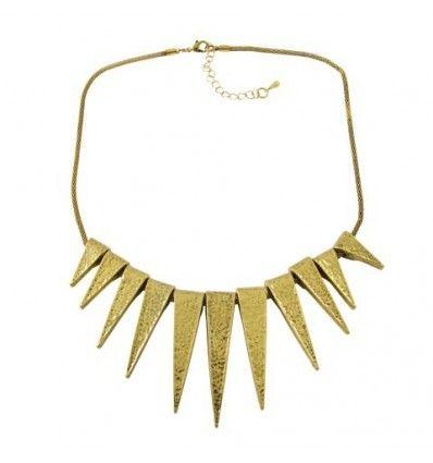 706183a130d6 Collar tipo gargantilla con base color dorado formado por piezas doradas en  forma de punta en distintos tamaños. Estilo corto