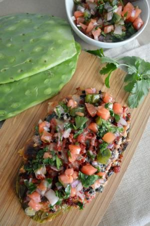 Nopales asados con chorizo y queso - Foto (C) Karla Hernández G.