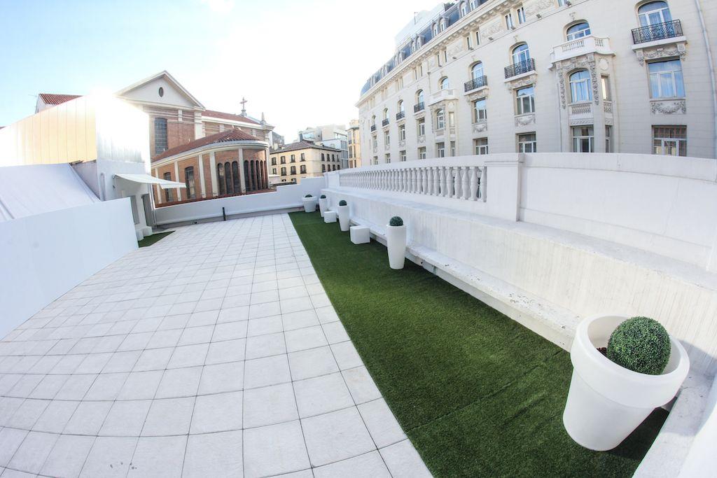 Toma lateral de la Terraza Neptuno con vistas al Hotel Palace ...