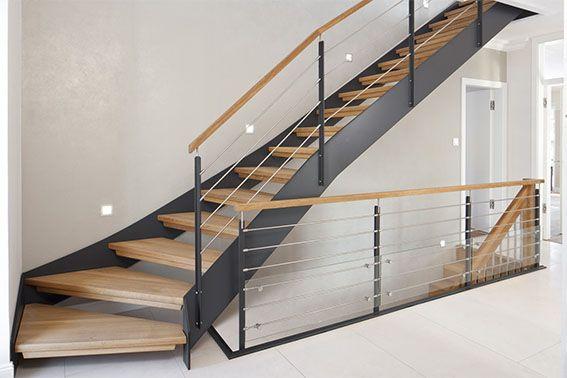 Escalera con estructura de acero y pelda os de madera en for Escaleras metalicas exteriores precios