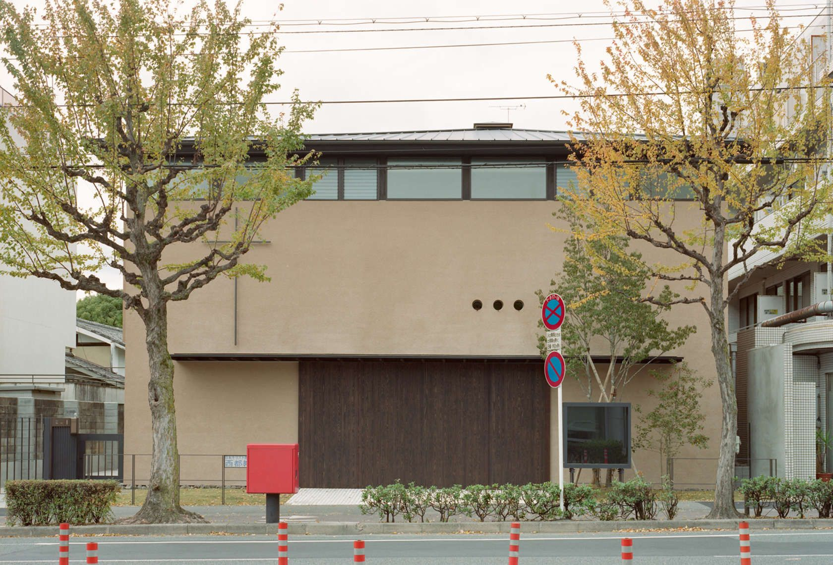 The worship space to share piety A Church in Kyoto is mainly for the worship during which 70 Christians of  the area can be accommodated. The worship space i...