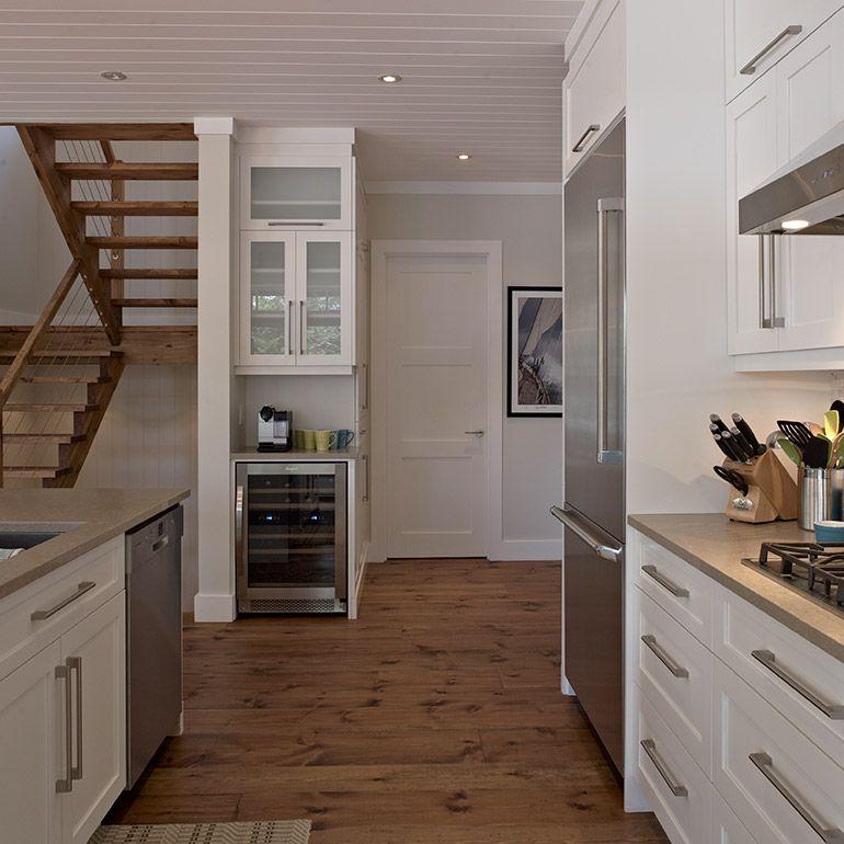 Coin cellier et café dans cuisine contemporaine en bois massif
