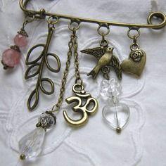 Broche breloques bronze et pierre de gemme rose, par Boutique Astrallia