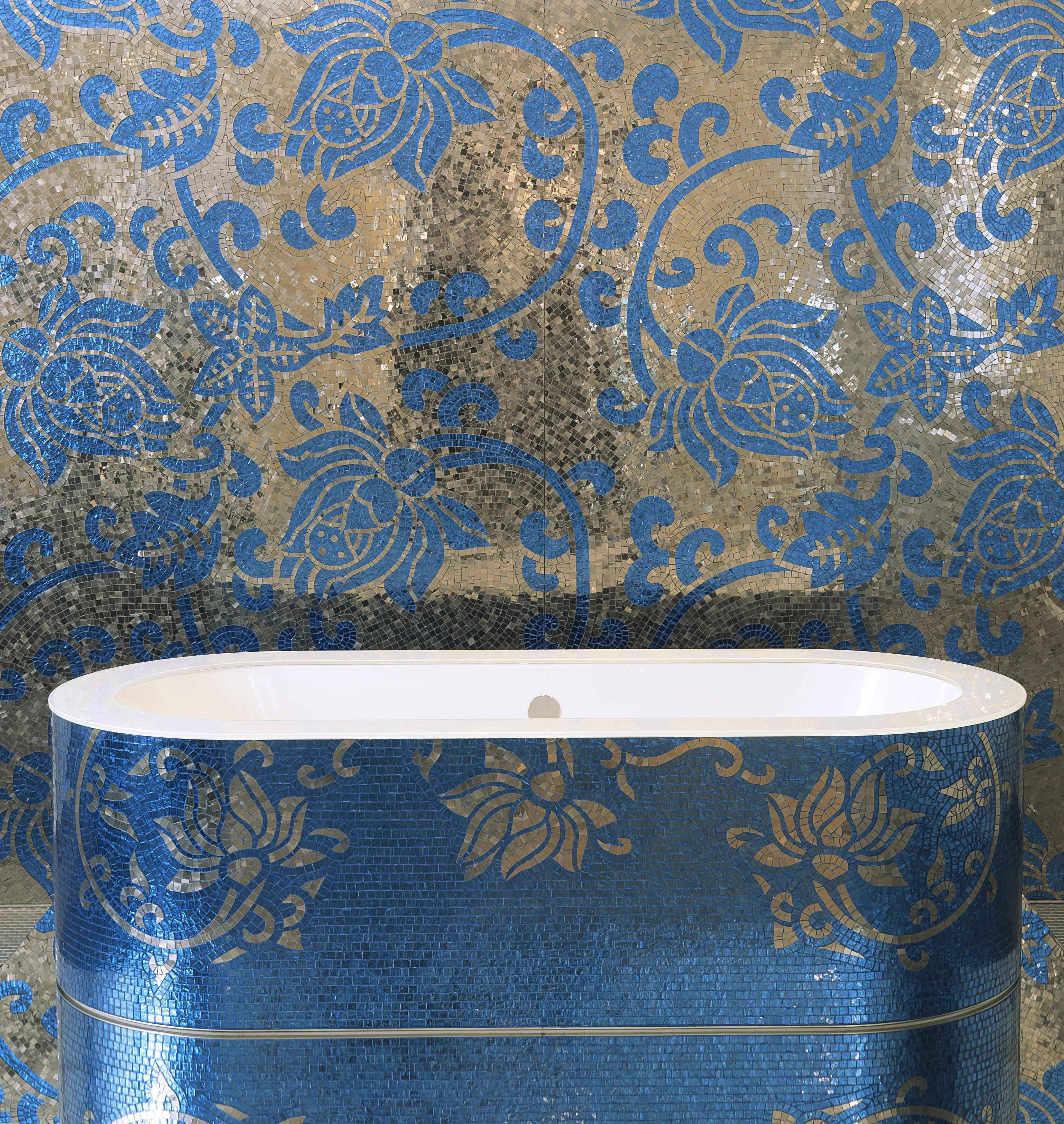 Salle de bain mosaique artistique en jaune dor et bleu clair et tablier de moodboard - Decoration salle de bain jaune et bleu ...