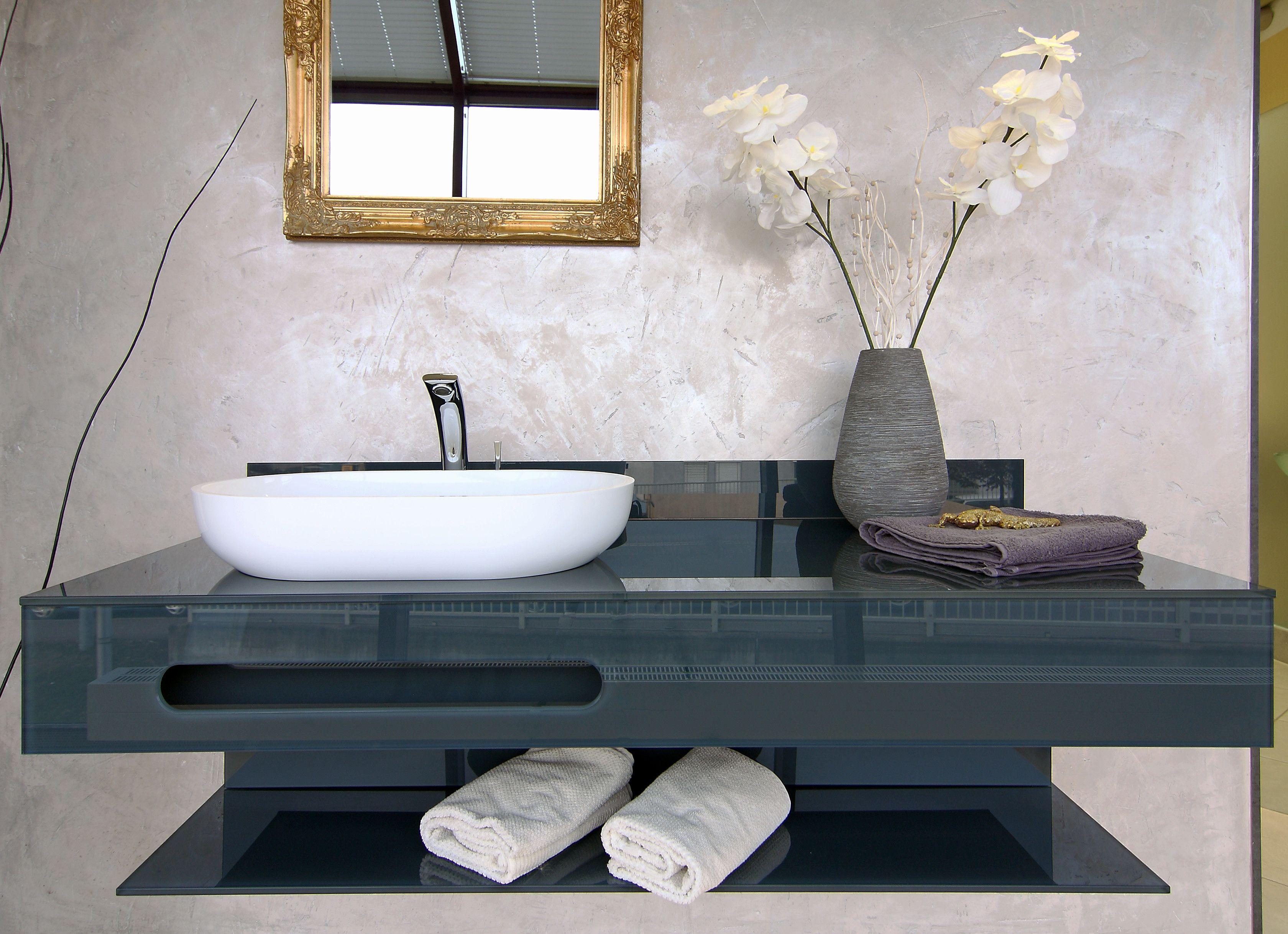 Edel: Der dunkle Waschtisch mit Aufsatzbecken und großzügiger Ablagefläche