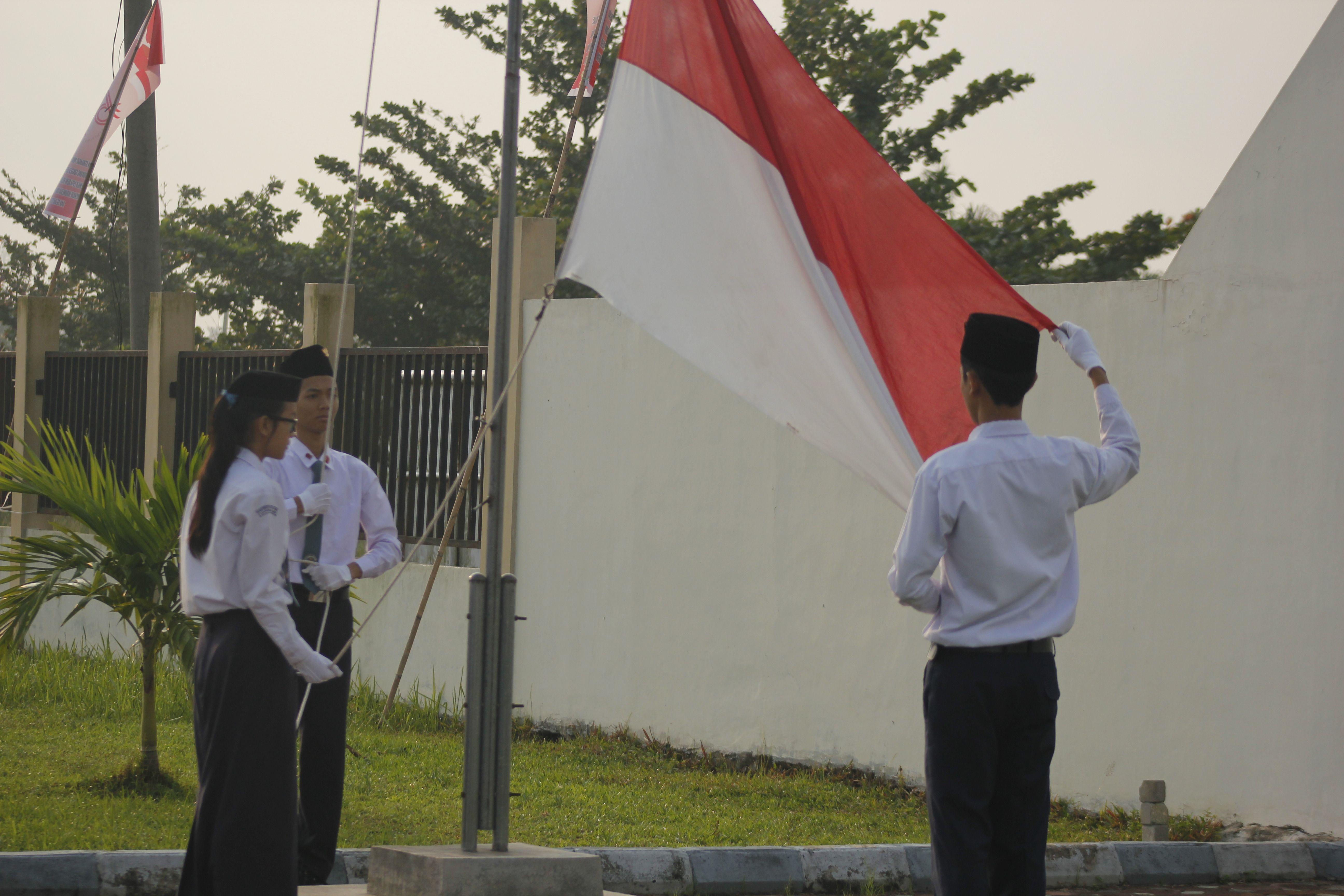 Pengibaran Bendera Merah Putih oleh siswa SMAN Sumatera
