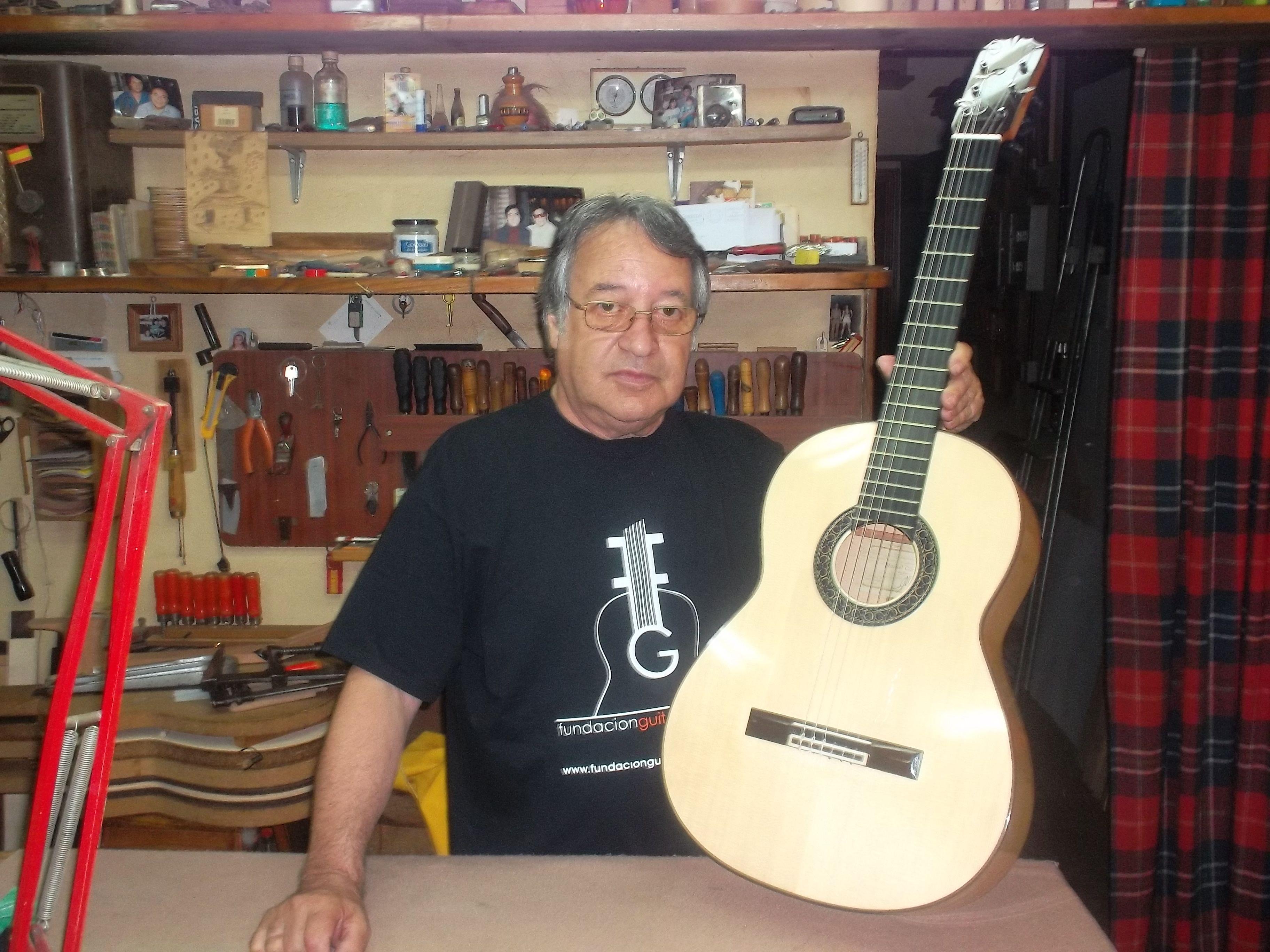 Manuel Cáceres Guitarrero Artesano Colaborador De La Fundación Guitarra Flamenca Guitarra