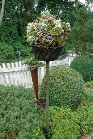 Photo of Sempervivum ball on pitchfork – Karin Urban – NaturalSTyle