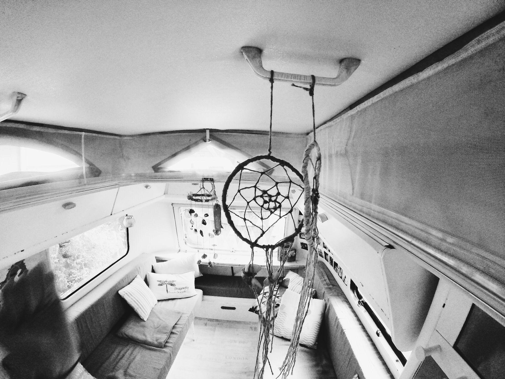 Traumfänger in dem kleinen Kultwohnwagen. #eribapuck #trailerinterior #reisen #travel #dreamcatcher #diy