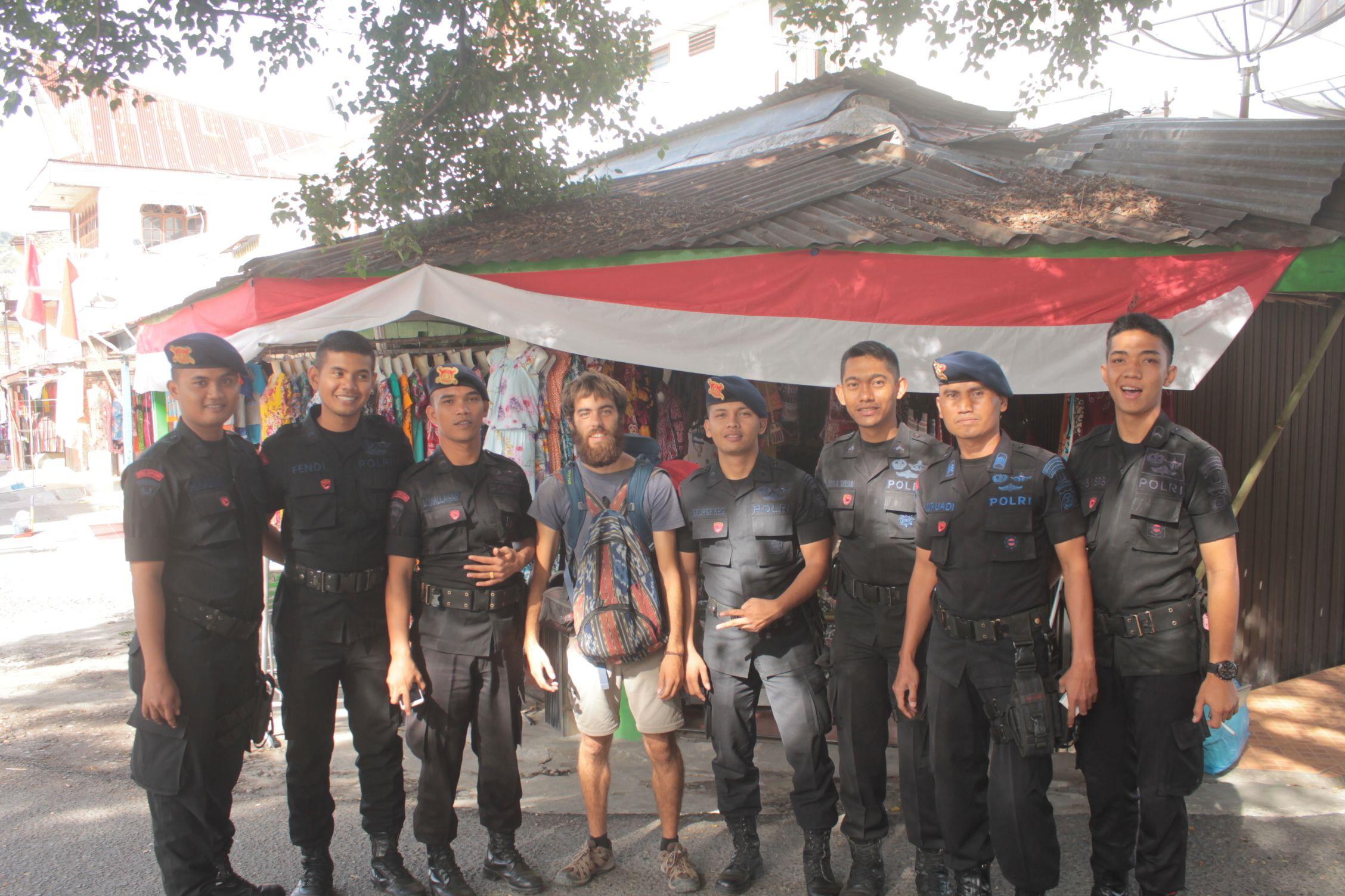 Dani con algunos de los policias que se encargaban de la seguridad del presidente
