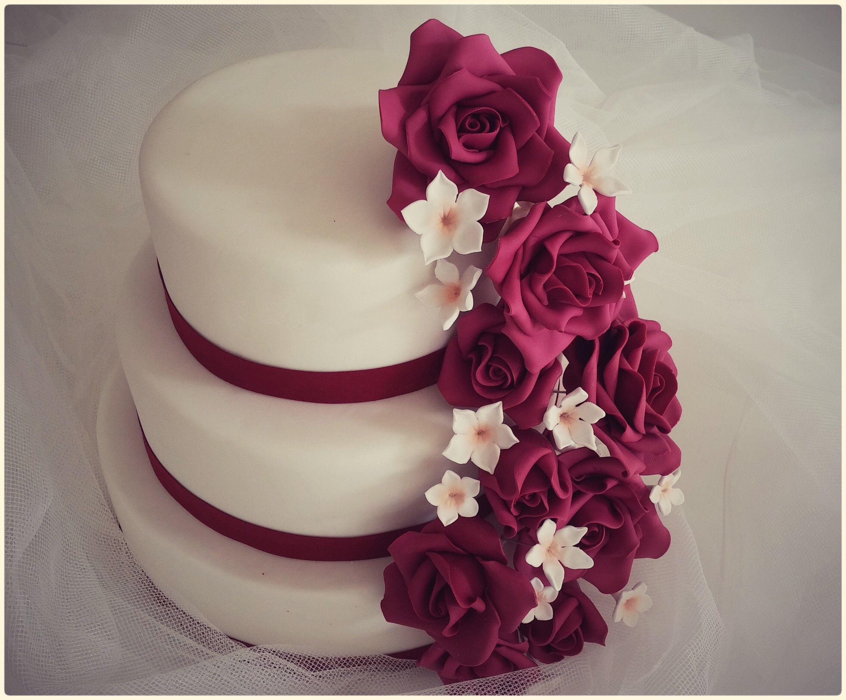 Tarta de boda de rosas burdeos