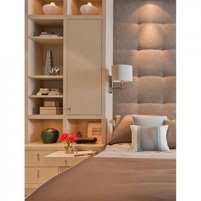 Uma das formas de enriquecer a decoração de espaços pequenos é utilizar das paredes! Aposte em estantes, nichos e painéis!