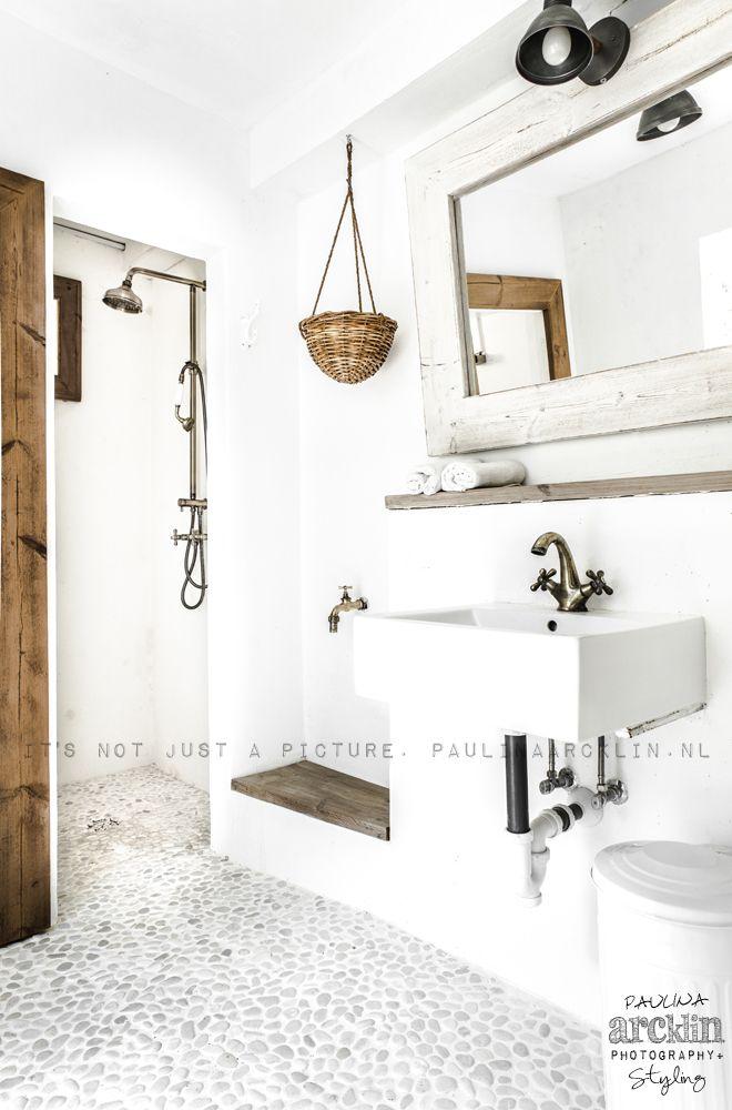 Badezimmer wei mit kieselboden und naturt nen holz einrichtungen und so pinterest - Spiegelschrank bad weiay ...