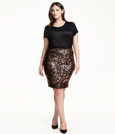 Skirt in mesh with sequined embroidery and an elasticated elasticized waistband. Jersey lining.
