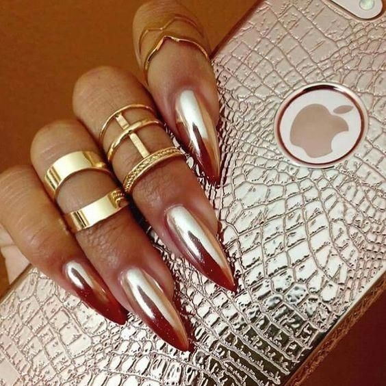 Give your look an extra dimension with the ultramodern metallic nails