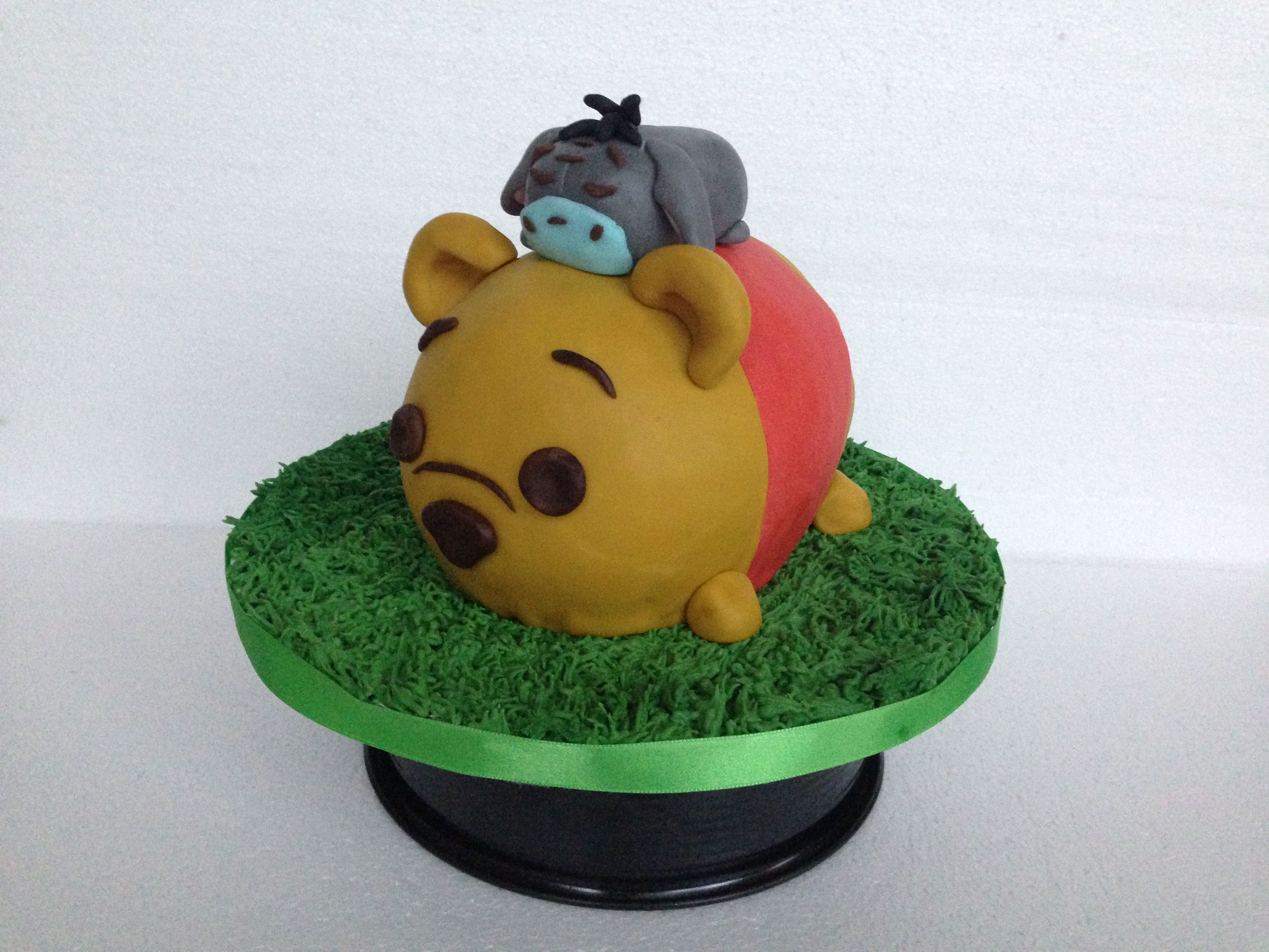 Winnie Pooh und IAah Torte  3D Torte  Kuchen  Rasen aus Royal
