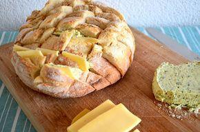 Borrelbrood! Lekker gevuld met kaas en kruidenboter. Even in de oven, klaar! Ook lekker met bijv. pesto...