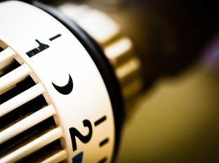 Obdobie vykurovania. Radiátory horúce - no netreba to preháňať. Prekúrené miestnosti totiž spôsobujú problémy, o ktorých ste zrejme netušili!
