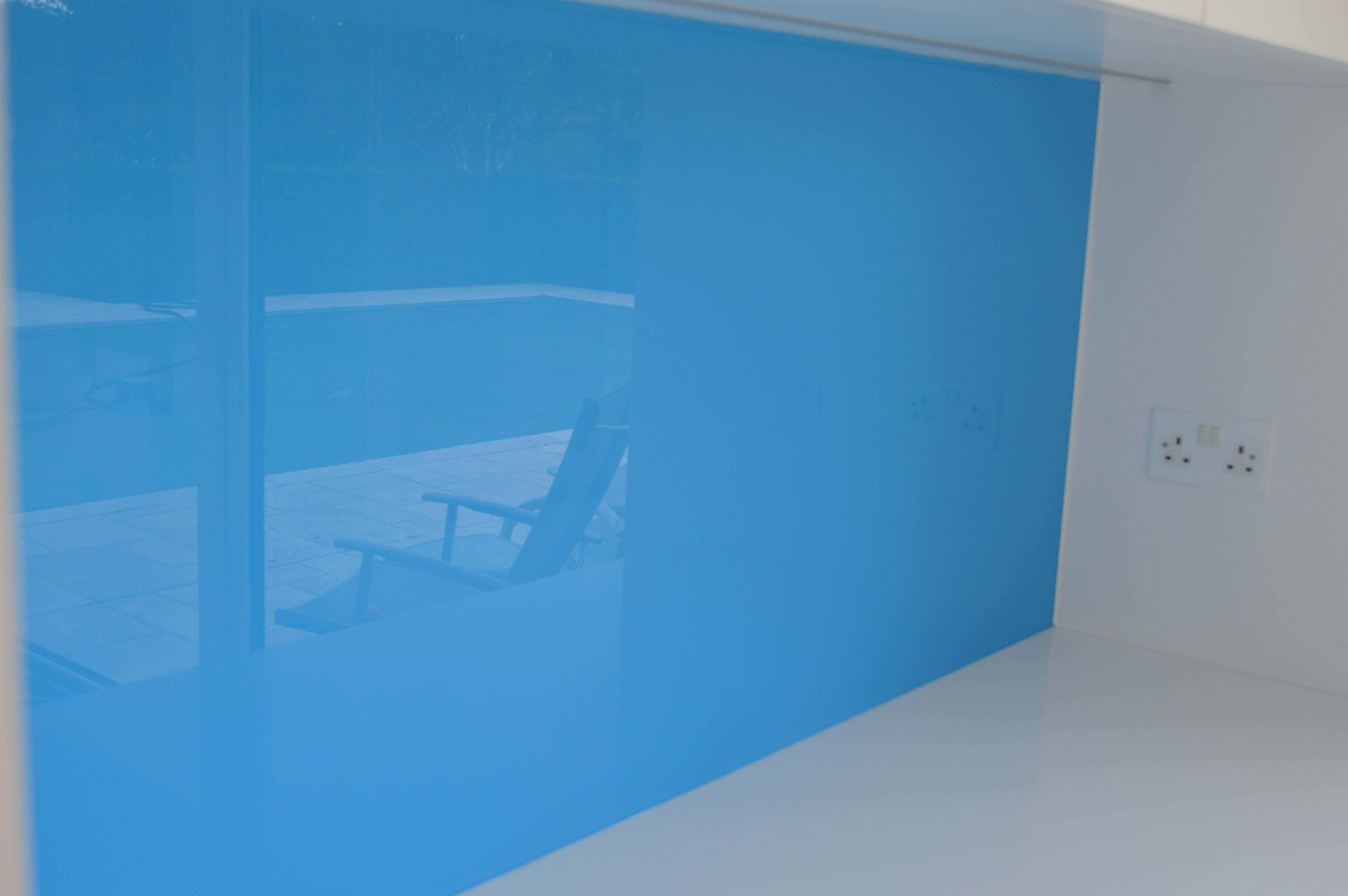 Sky blue kitchen glass splashback by creoglass design for Blue sky kitchen designs