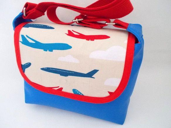 合皮と個性的な輸入ファブリックを使ったおしゃれで機能的なショルダーバッグです。*名前入れ無料サービス中です。*【利用シーン、利用方法】お子様の通園や、ちょっと...|ハンドメイド、手作り、手仕事品の通販・販売・購入ならCreema。