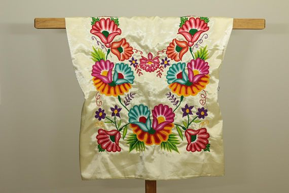 ♥ Sobre este huipil Diseño: flores de colores tejidos a mano ...