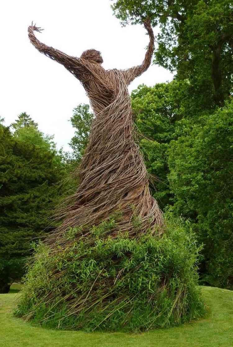 garten skulpturen frau kleid weidenruten gruen trocken. Black Bedroom Furniture Sets. Home Design Ideas