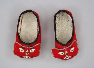 Slipper Place Made:	Asia: East Asia, China People:	Han Period:	Early 20th century Date:	c 1920 Dimensions:	L 10.5 cm Materials:	Silk; silk f...