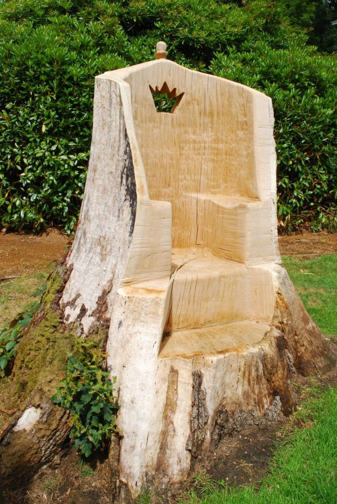 Tree stump ideas oak throne carved using a chainsaw for Hollow tree trunk ideas
