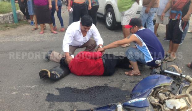 Motociclistas se impactan en una camioneta - http://www.esnoticiaveracruz.com/motociclistas-se-impactan-en-una-camioneta/