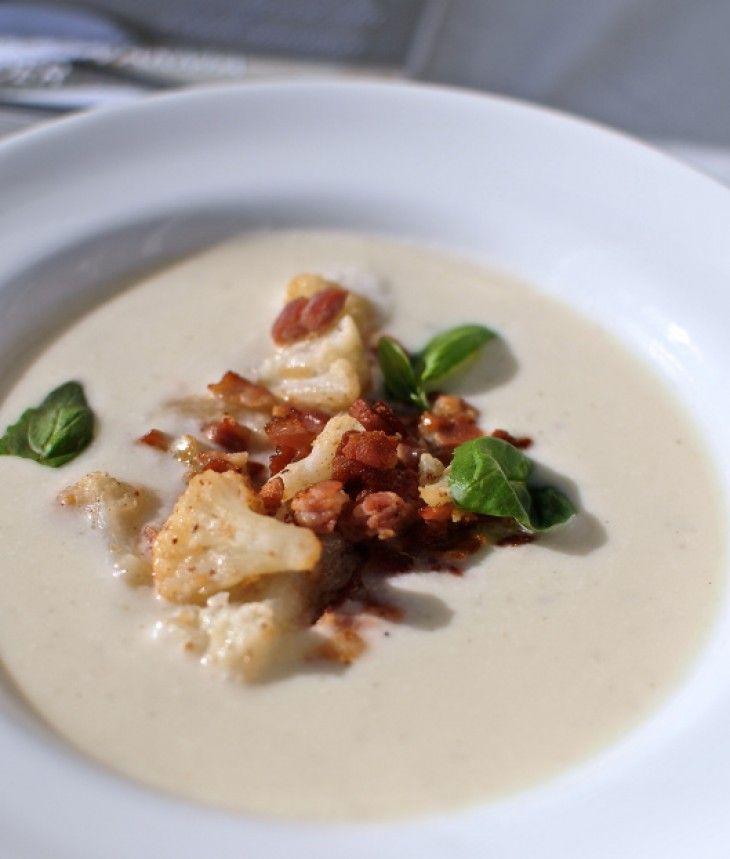 Goda och matiga soppor är bland det bästa som finns.Den här blomkålssopppan toppad med stekt bacon och blomkål är en riktig favorit.
