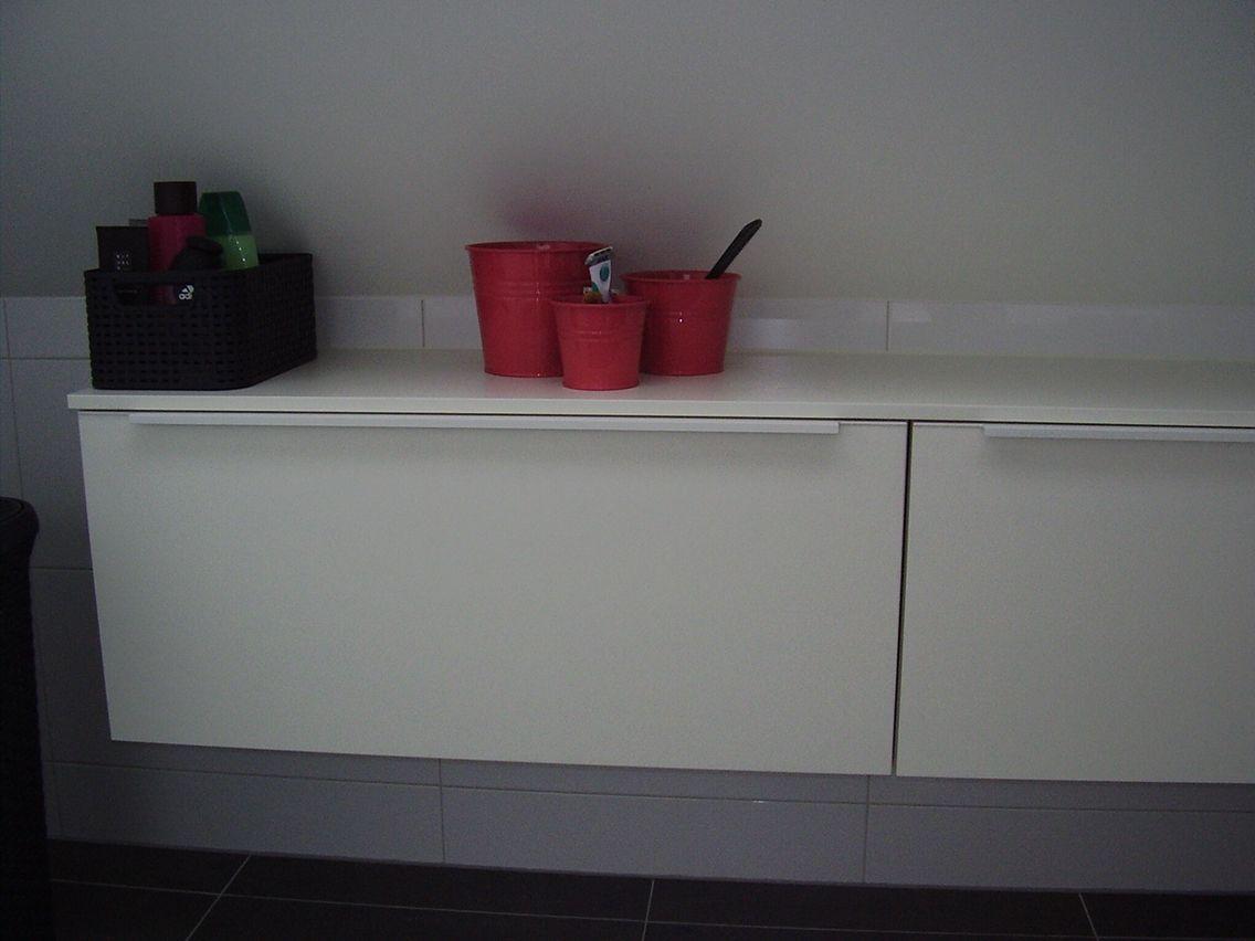 Keuken hangkasten als extra bergruimte in de badkamer door ennovy