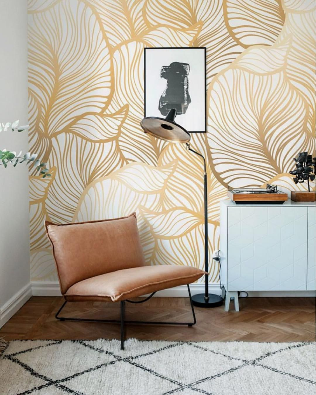 What A Beauty Of A Wallpaper Glitzy And Glam But Also Light And Airy Definitely A Winner So If Anyone Can Let Us Know Home Decor Home Decor Decals Wallpaper