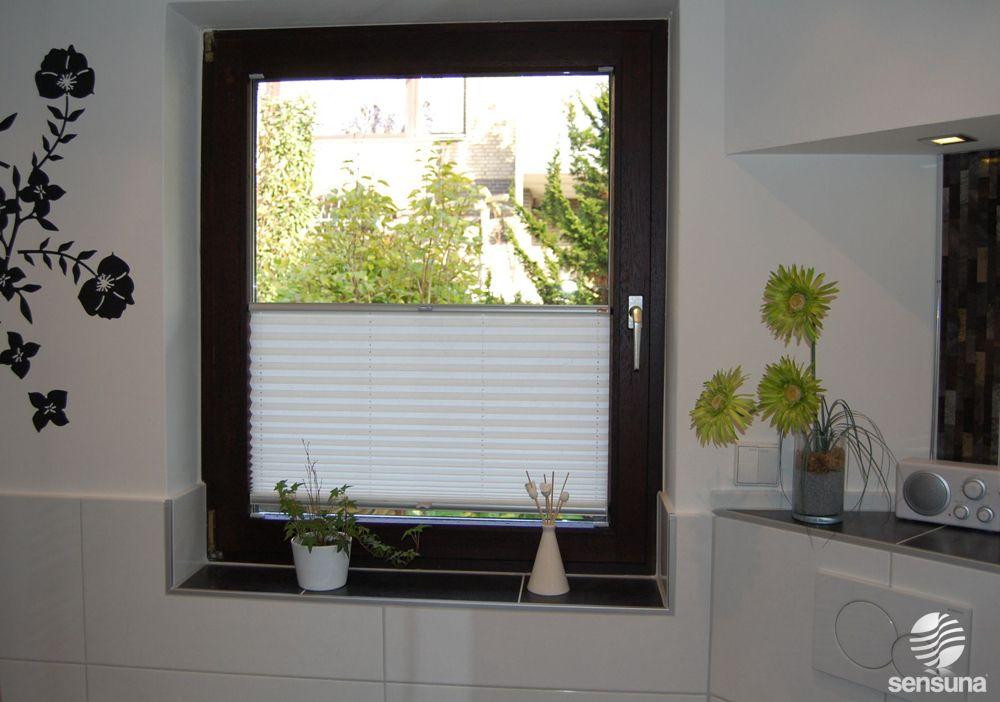 fensterdeko f r 39 s badezimmer den passenden sichtschutz bringen die sensuna plissees. Black Bedroom Furniture Sets. Home Design Ideas