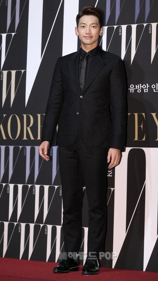 RAIN attended the W Korea breast cancer charity event. Love that suit. @29rain