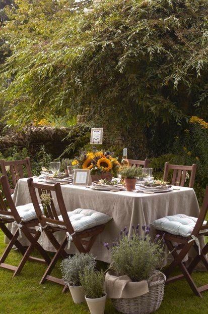 Nappe En Lin Ecru Et Tournesols Pour Un Decor Champetre Jardin D Automne Jardin Exterieur Et Jardins