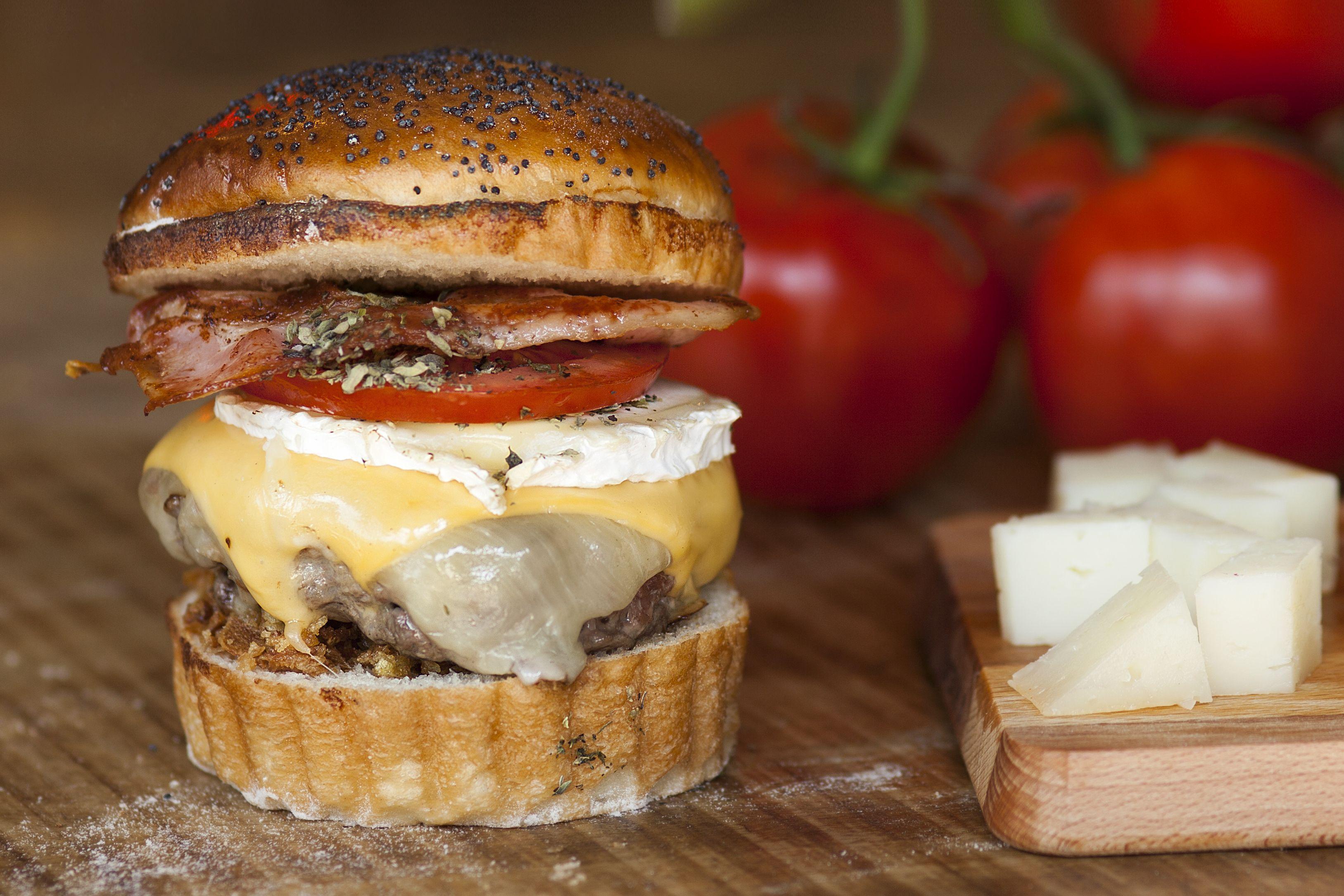 Crazy Cheese Burger: 4 quesos (mozzarella, cheddar, azul y cabra), tomate braseado especiado con orégano, cebolla crujiente y bacon.