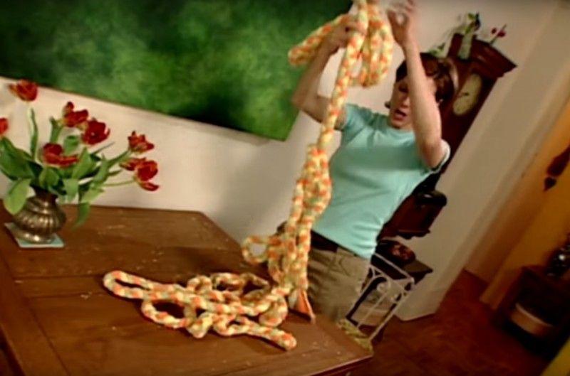 Sie schneidet Handtücher in Streifen. Das Ergebnis ist echt genial!
