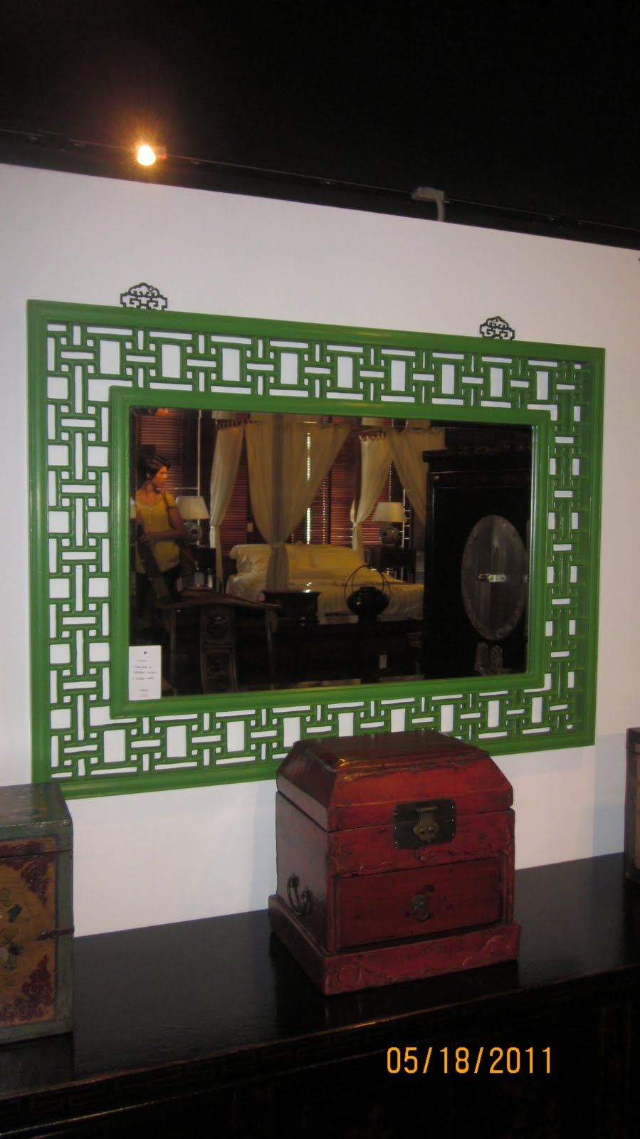 Or a green and navy color scheme.  Kelly green is one of my favorite colors, and I love mirrors with frames like this, that let you see the wall beneath.