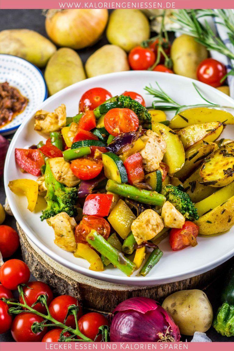Italienische Gemüsepfanne mit Hähnchen und Rosmarinkartoffeln (gesund und super sättigend!) - Kalorien genießen