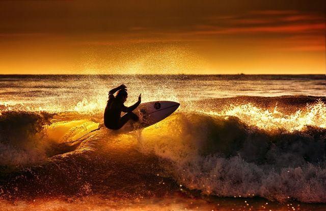 Surfista no final de tarde