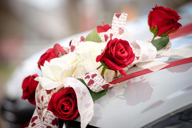 Schöner Blumenschmuck auf dem Hochzeitsauto macht sich immer gut.  www.mama-wedding.de #Hochzeit #wedding #Blumenschmuck #Hochzeitsauto