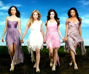 Pretty Little Liars! Strangely addicted!