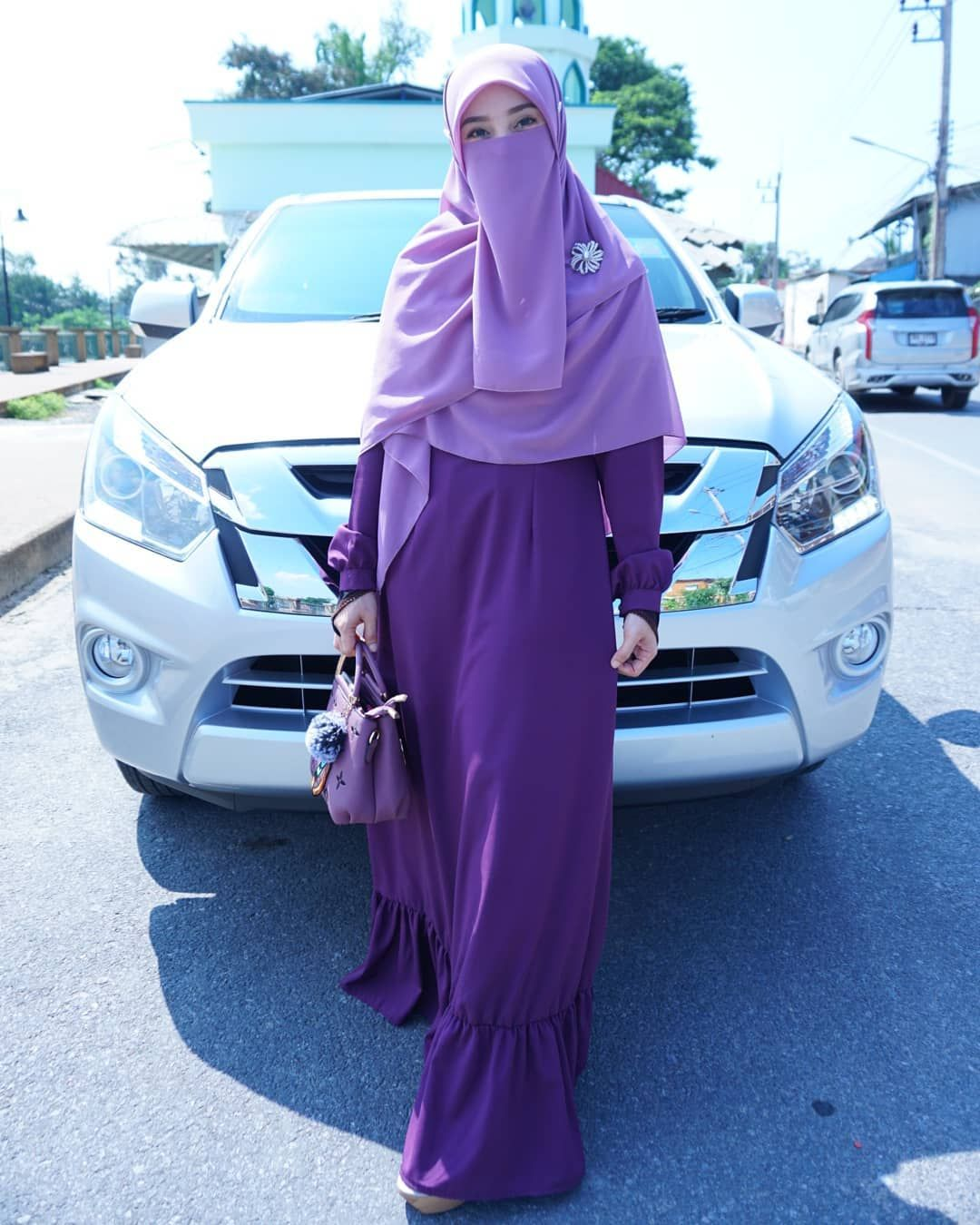 Gambar Mungkin Berisi 1 Orang Berdiri: Gambar Mungkin Berisi: 1 Orang, Berdiri, Mobil Dan Luar