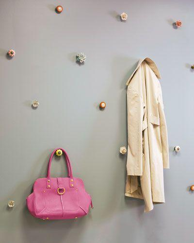 f r diese ungew hnliche und platzsparende garderobe wurden glas und porzellankn pfe. Black Bedroom Furniture Sets. Home Design Ideas