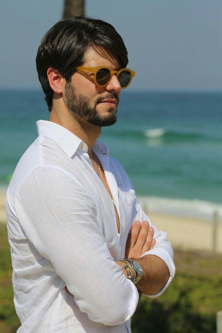 7ab8ad155 Inspiração de look masculino para dias na praia com óculos amarelo ...