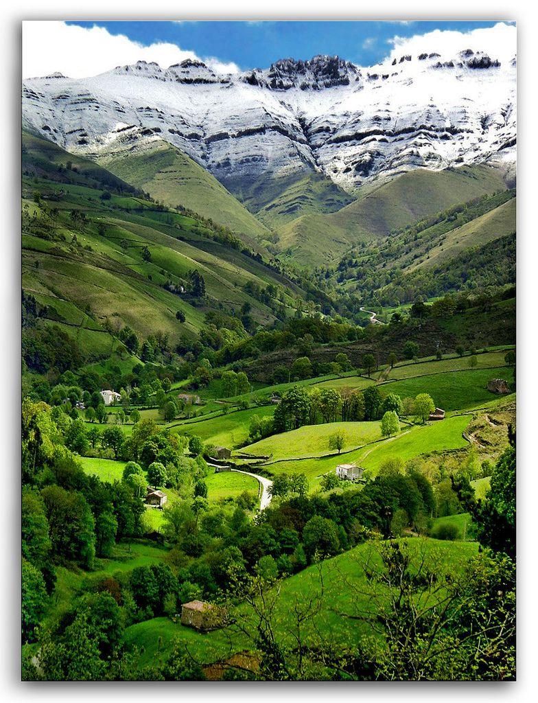 Spaniens grüner Norden in Asturien und Cantabrien wird nur wenig von Touristen besucht. Hier lässt es sich herrlich wandern und in historischen Städten gut ausgehen.