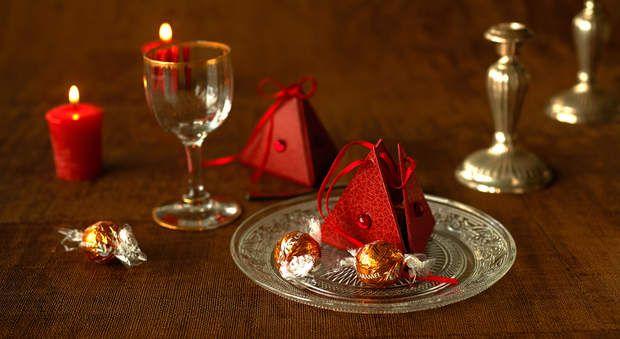 Berlingot réalisé en cartonnage à déposer sur chaque assiette, à suspendre sur le sapin ou à offrir pour les fêtes de Noël - tutoriel - (Papier et carton + Déco de Noël)