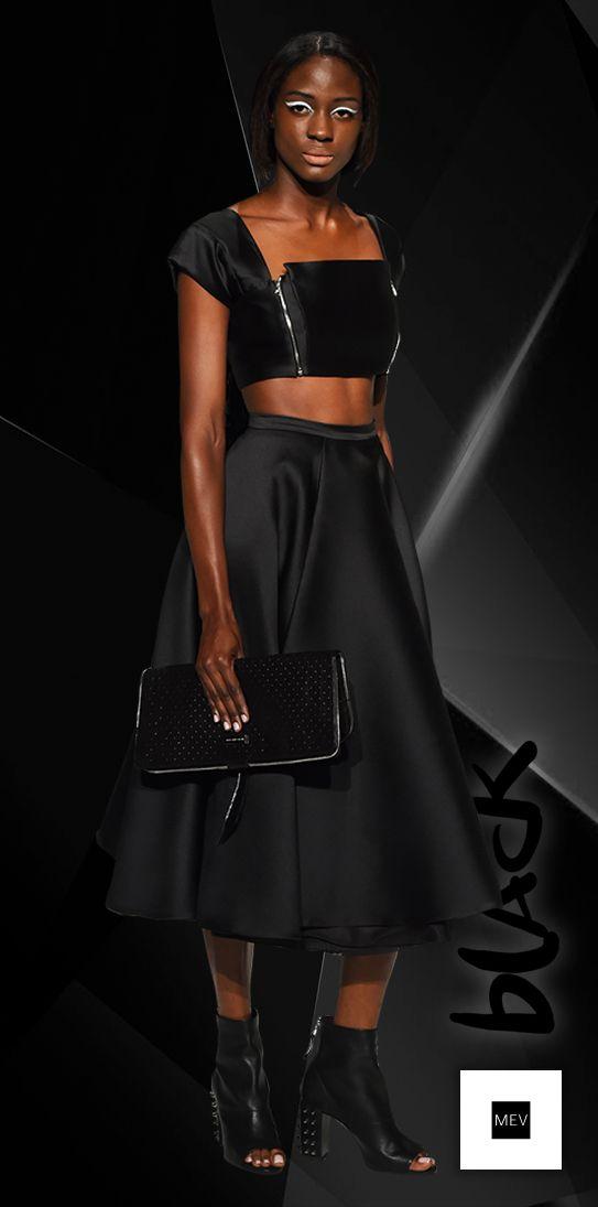 La ropa, es el mensaje visual de la biografía de cada mujer, al ser de color negro se transmite una connotación que se mueve entre la delicadeza y la fuerza.